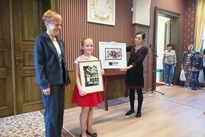 Kinga Szabóová odovzdala špeciálnu cenu Nine Mikulíkovej z Vranova nad Topľou.