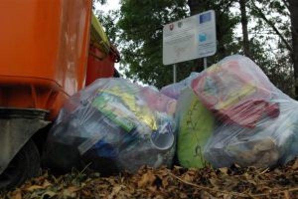 Odpadky pri separovanom zbere. Neporiadnikom  vlastné správanie  zjavne neprekáža.