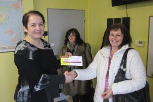Riaditeľka (vľavo) odovzdáva ceny. Ľudmila Šamajová (vpravo) a Anna Rakučáková.