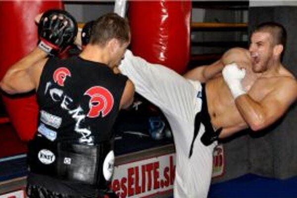 Ako doplnok ku karate máva Juraj thajský box s Rišom Šimkom, ktorý vedie klub thajského bohu Ares gym.