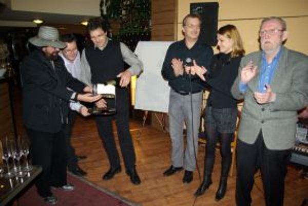 Krst v ASTORII. Literárna kaviareň ASTORIA poskytla priestor pre krst knihy aj Ľubomírovi Feldekovi.