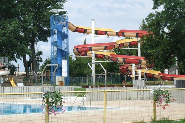 Tobogany zatiaľ nie sú k dispozícii. Bazén pri veľkom tobogane čaká na povolenie od hygieny, v bazéne pri malom lepia fóliu.