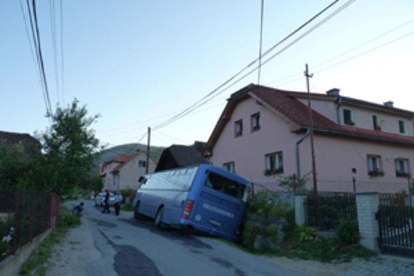Opitý mladík o polnoci ukradol autobus Karosa v obci Divina pri Žiline a skončil s ním  v potoku.