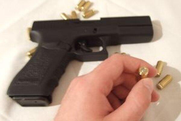 Mladík mieril na predavačku s kradnutou zbraňou.