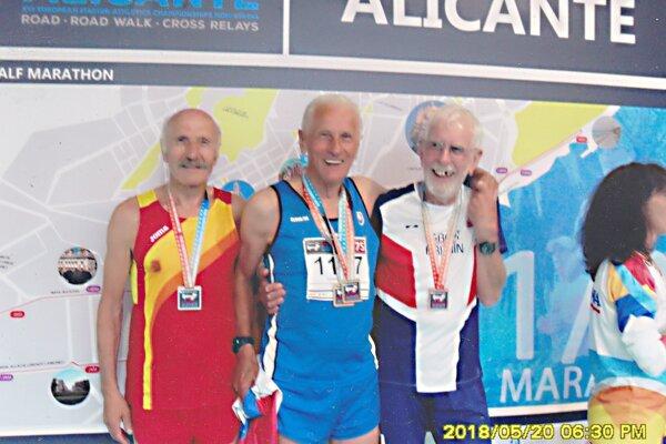 Vincet Bašista (v strede) po triumfe v po,maratóne.
