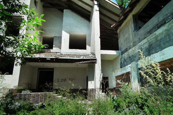 Kedysi vychýrený hotel je dnes v dezolátnom stave.