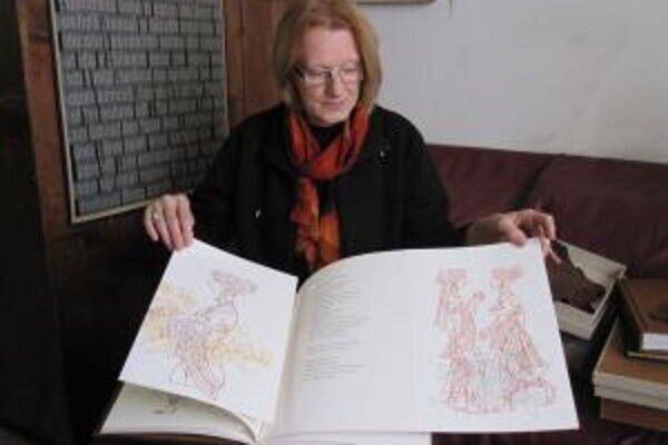Lida Mlichová s knihou Pieseň Šalamúnova, ktorá obsahuje originálne kresby Miroslava Cipára.