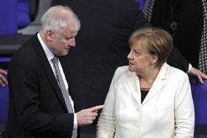 Minister vnútra Horst Seehofer a kancelárka Angela Merkelová.