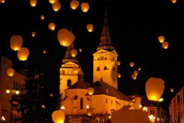 V Žiline prekonali rekord. Na nočnú oblohu vypustili 2676 lampiónov.