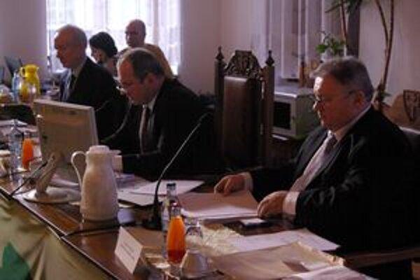 Mestskému zastupiteľstvu predsedal primátor Igor Choma (v strede).