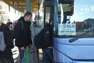 Vodiči autobusov priebežne vyrazili na svoje trasy počas štrajku.