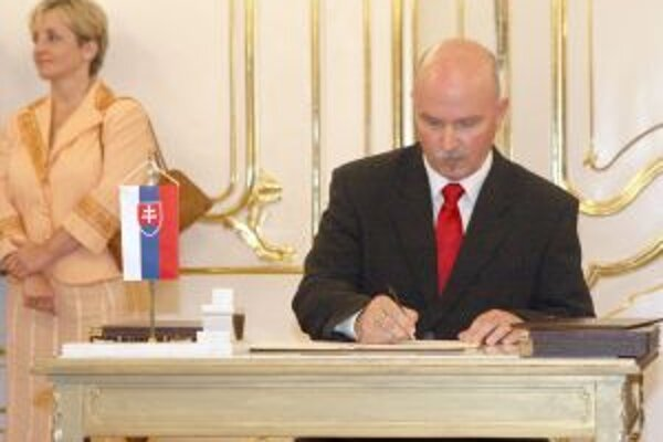 Janušek bol ministrom v čase nástenkového tendra. V minulosti uviedol, že len podpisoval, čo mu pripravili.