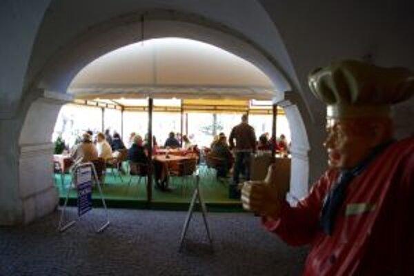 Obľúbené letné terasy na Mariánskom námestí. Podnikatelia by mali platiť dvojnásobné nájomné.