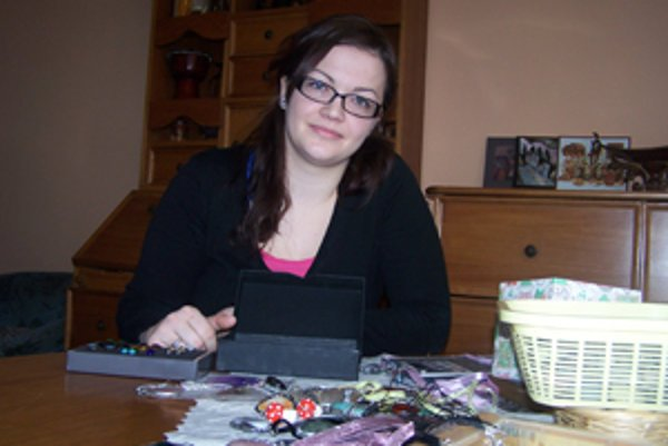 Andrea Zajacová a jej šperky. Keď má správnu náladu, za deň vyrobí 3 až 4 kusy.