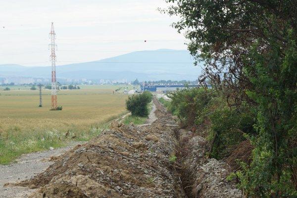 Tadiaľto povedie nová cesta na letisko popri priemyselnom parku (v pozadí).