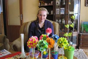 Talentovaná Lucia Sudorová vyrába kytice z lepiacich papierikov.