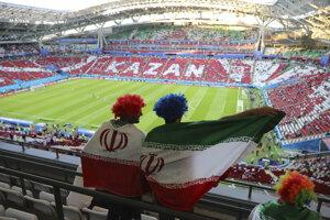 Iránski fanúšikovia sa dívajú na štadión.