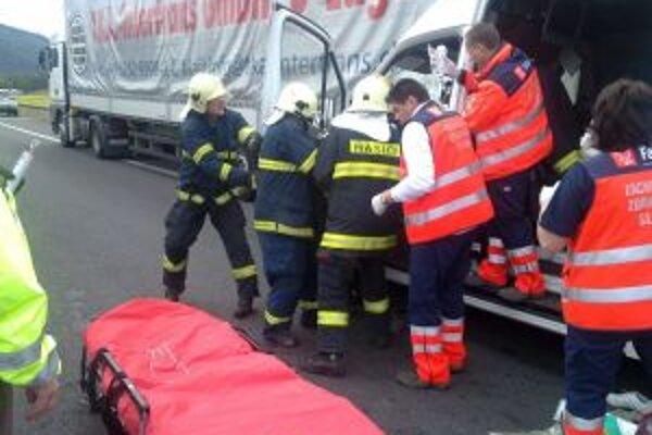 Vodiča dodávky museli hasiči vyslobodiť. Potom  ho odovzdali záchranárom.