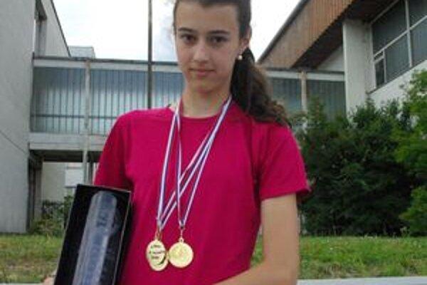 Martina Šelingová s troma zlatými medailami na krku.