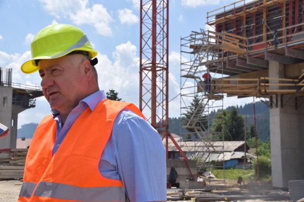 Minister dopravy a výstavby SR Árpár Érsek počas kontrolného dňa v Čadci.