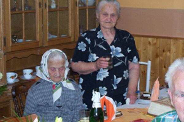 Oslávenkyňa Emília Podstavková so svojou dcérou.