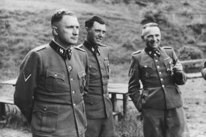 Trojica dôstojníkov SS známa z pôsobenia v Osvienčime, zľava Richard Baer (veliteľ tábora v rokoch 1944 a 1945), Josef Mengele a Rudolf Höss (veliteľ tábora v rokoch 1940 až 1944).