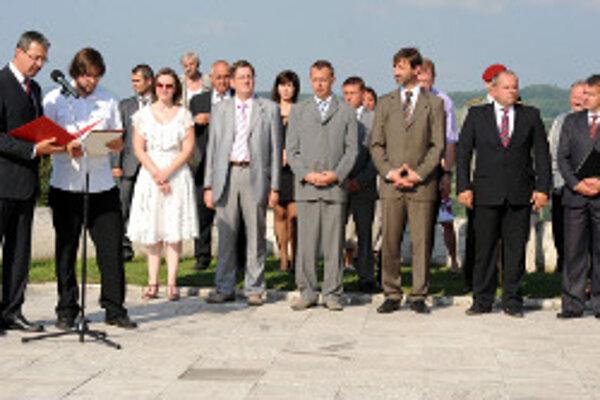 K prítomným sa prihovoril veľvyslanec Francúzska na Slovensku Jean-Marie Bruno (vľavo).