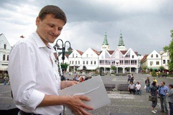 Alojz Hlina rečnil na námestí oproti domu, kde býva predseda SNS Ján Slota.