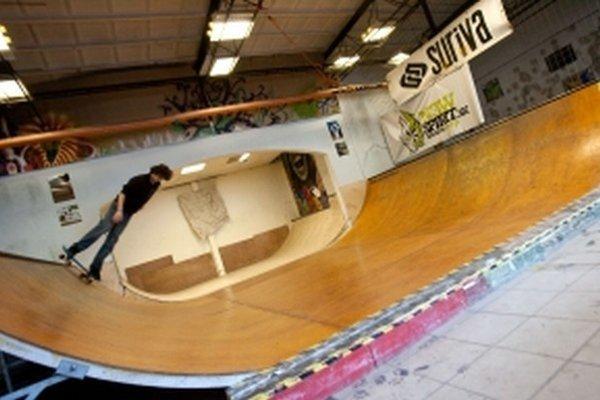 V skateparku sú namontované nájazdové rampy a ďalšie prvky.