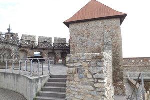 Z Vazulovej veže sa vychádza na drevenú ochodzu. Už roky je uzavretá.