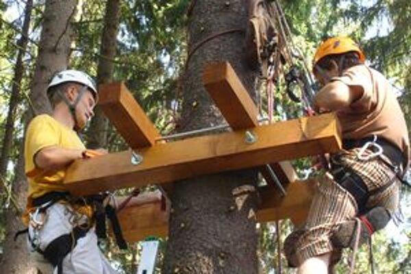 Pracovníci montážnej firmy pri zhotovovaní novej atrakcie lesoparku Chrasť.