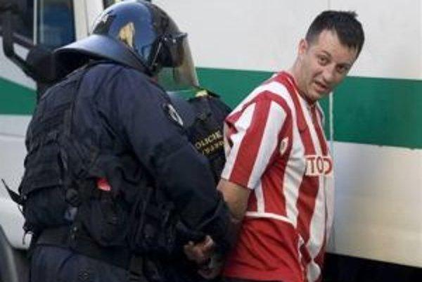 Polícia v Prahe minulý týždeň zatkla 150 fanúšikov Cervenej Zvezdy Belehrad.