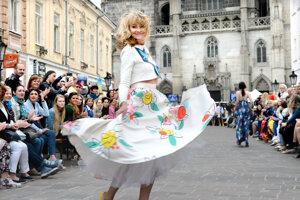 Veselé šaty predviedla na improvizovanom móle aj herečka Jana Hubinská.
