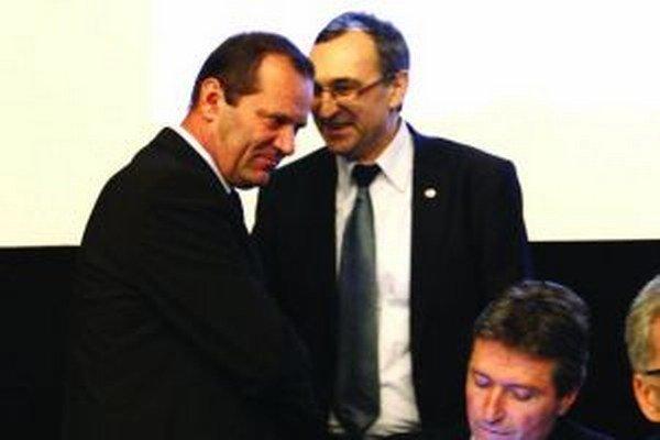 Ladislavovi Gádošimu (vľavo) gratuluje súper Jozef Franek.