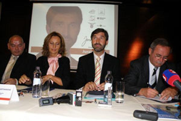 Juraj Blanár (druhý sprava) v spoločnosti Jaroslava Husa (HZDS vľavo), Zuzany Martinákovej (SF druhá zľava) a Petra Dúbravaya (SNS vpravo).