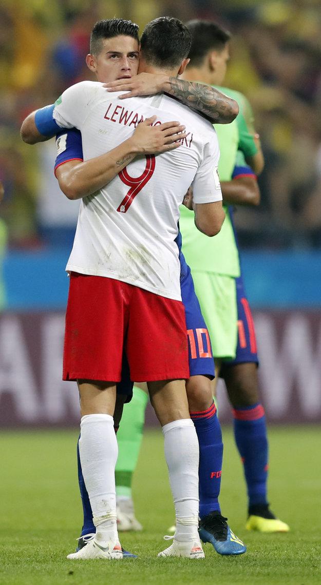 James Rodríguez objíma Roberta Lewandowského.
