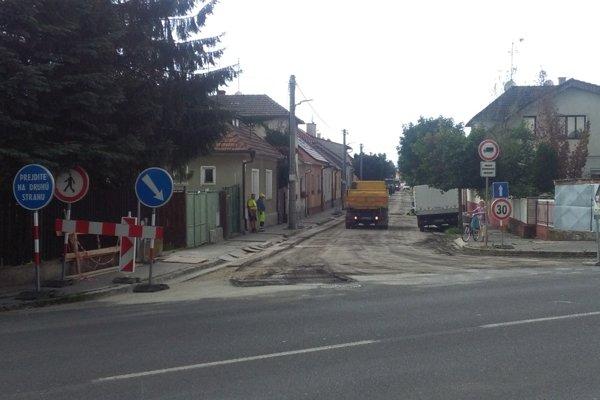 V týchto dňoch opravujú Dubovú ulicu na periférii Piešťan.