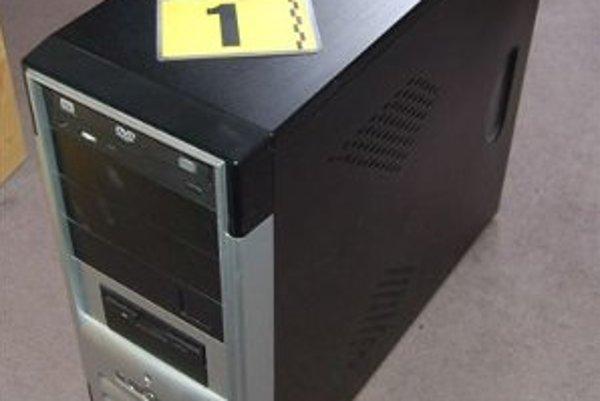 V tomto počítači polícia našla detské porno.