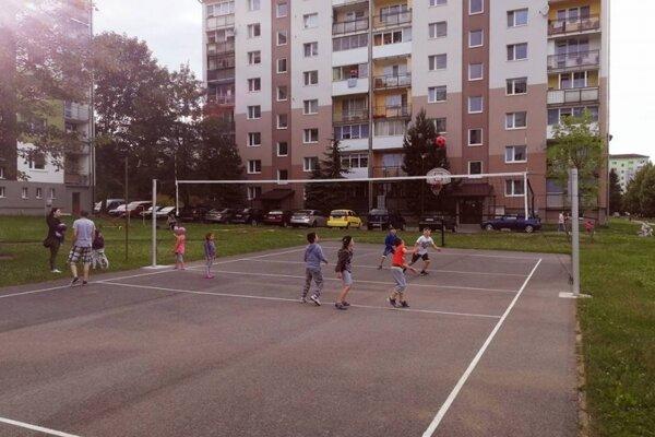 Natiahli aj volejbalovú sieť.