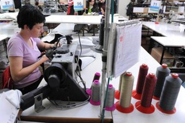 Hromadné prepúšťanie sa týka závodov technickej konfekcie v Púchove, závodu odevnej konfekcie v Bytči a čiastočne aj závodu odevnej konfekcie v Púchove, tiež správy podniku, ako aj zamestnancov predvýrobných útvarov.