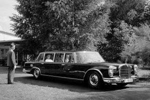Marocký kráľ cestuje po krajine štýlovo - v starom Mercedese-Benz 600 Pullman. Tento Mercedes je však len jedno z mnohých áut kráľovskej flotily. Do hornatých častí krajiny vozia kráľa na Range Roveroch.