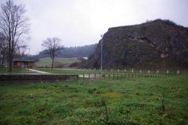 Je pri chodníku spájajúcom obce doliny. Využiť ho môžu aj turisti, ktorí prídu do tejto lokality.