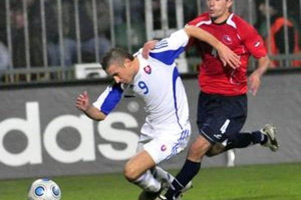 Stanislav Šesták (vľavo) uniká Čiľanovi Cerecedovi. Z prípravného zápasu Slovensko - Čile (1:2).