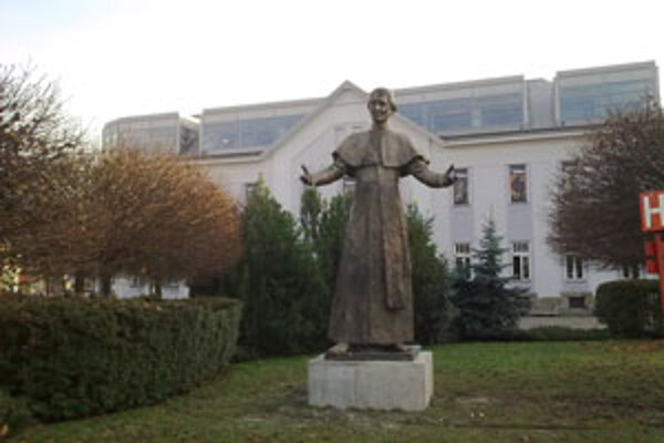 Nové miesto Andreja Hlinku pred Považskou galériou.