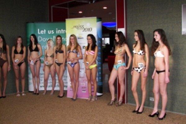 Nádejné adeptky na titul Miss Slovensko 2010 na kastingu v Žiline.