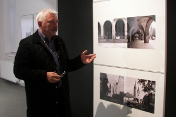 Milan Mazúr ukazuje na fotografie zo Žiliny od umelca Igora Grossmanna.