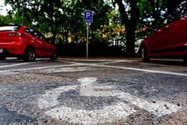 Vyhradené parkovacie miesto pre ZŤP vodičov.