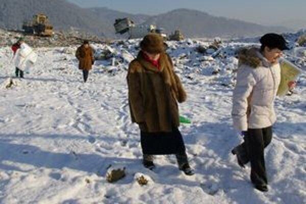 Obyvatelia Považského Chlmca takto skládku kontrolovali v januári 2009.