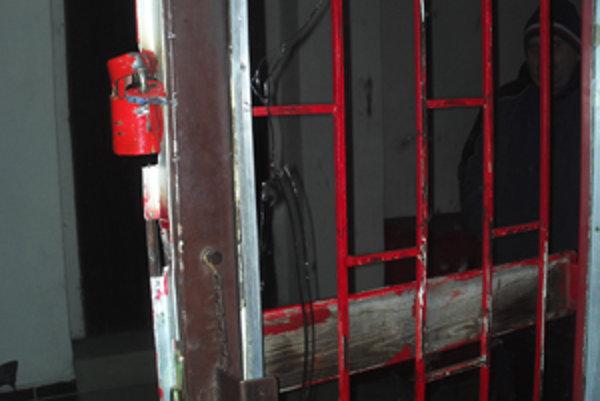 Páchateľ odpílil zámok a rozbil sklo na vchodových dverách.