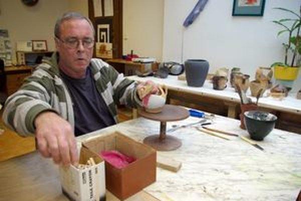 Muž, ktorý drží v rukách tisícročia. V Nemecku poskladal najstaršiu keramiku, takzvanú lineárnu, ktorej pôvod sa datuje 5 500 až 6 000 rokov pred Kristom. Najstaršou u nás bola keramika Lužickej kultúry, stará okolo 3 000 rokov.